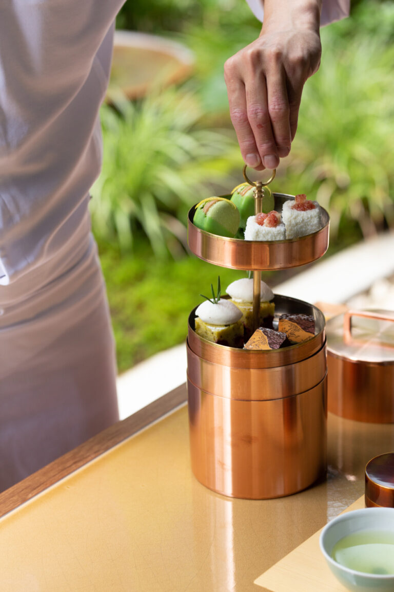 〈開化堂〉に特注オーダーしたという菓子筒。中に収められているのは、マカロンやボンボンショコラなど。