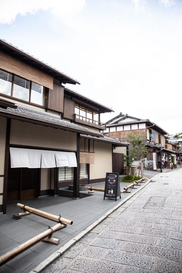趣ある石畳が連なる二寧坂に面し、京都観光の合間のひと休みにちょうどいいロケーション。