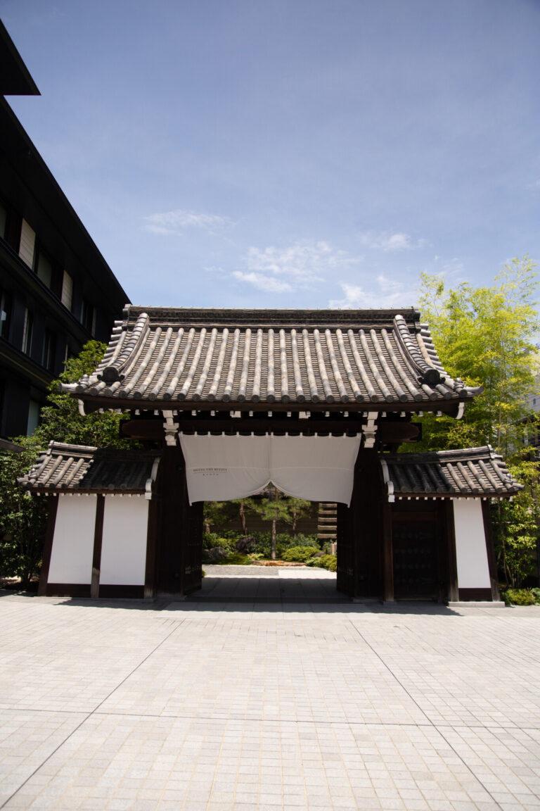 ホテルの表玄関「梶井宮門」は登録有形文化財に登録されている。