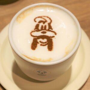 「おとぼけバリスタのカフェラテ~Goofy Style~」HOT/ICE 880円。