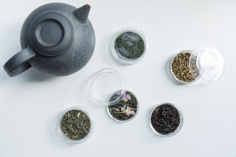 右下から時計回りに、紅茶 香駿(こうしゅん)25g 972円、さくら茶30g 1,080円、緑茶 ゆず煎茶30g 756円、蒸し製玉緑茶 さえみどり30g 1,080円、ほうじ茶25g 432円。