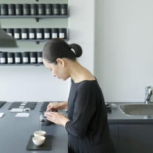 「器も茶葉も用途以上の価値があるもの」と夫の荒谷啓一さんと店を営む里恵さん。
