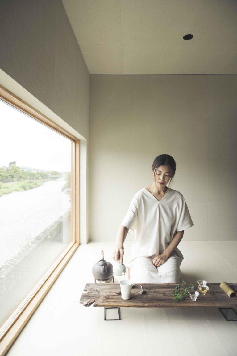 この8月にリニューアルした〈池半〉2階の間。窓の外に鴨川や飛ぶ鳥の姿を眺めながら過ごす茶の時間は、京都ならではの贅沢さにあふれている。