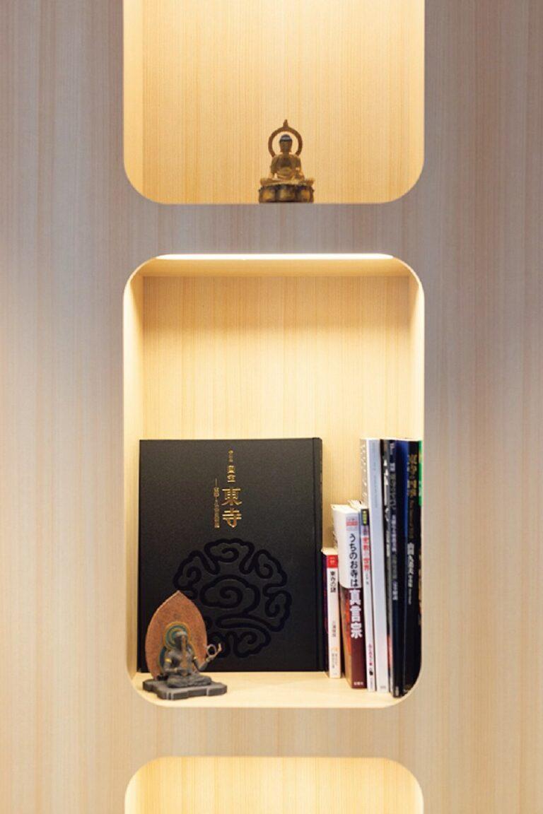 東寺や弘法大師に関連した書籍がそろう本棚は、五重塔の中心で塔を支える心柱がテーマ。