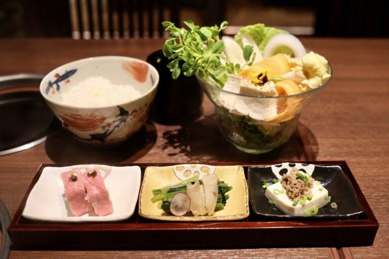 3種類の小鉢と、お代わり無料のご飯、椀物。