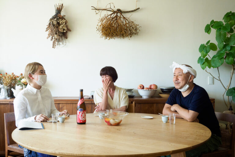 【出張篇】料理家ワタナベマキさん宅へ出張!大人のフルーツポンチに合う日本酒「結ゆい 赤磐雄町 特別純米 亀口直汲み 無濾過生原酒」~『伊藤家の晩酌』第二十六夜3本目~