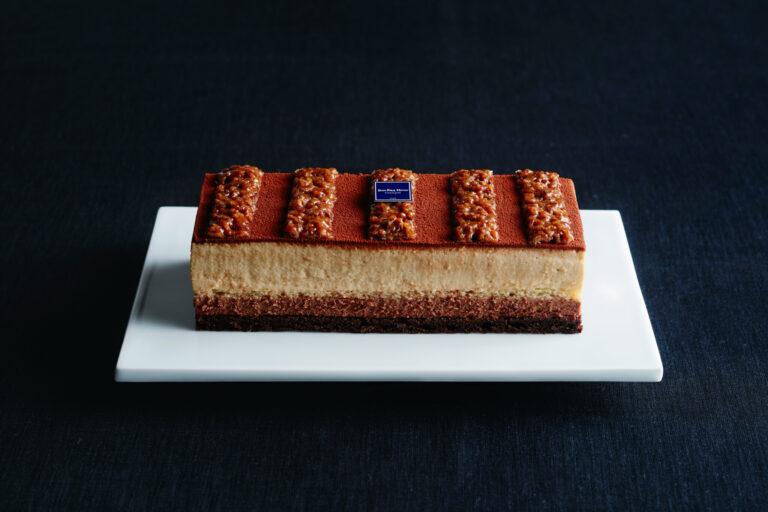 新鮮な味わいや香りが届けられるよう、ケーキの表面を微粒のチョコレートのスプレーで薄くコーティングするなど、工夫を欠かさない。〈ジャン=ポール・エヴァン〉の「ゴア アントルメ」5,400円(Webのみ)