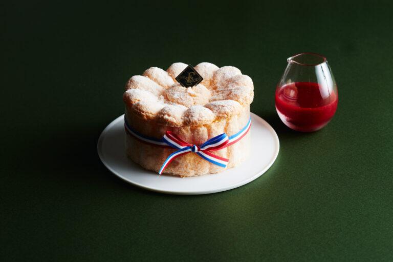 洋梨のムースに、甘酸っぱい木苺のソースがアクセントに。〈パティスリー・ドゥ・シェフ・フジウ〉の「シャルロットポワール」3,501円(Webのみ)