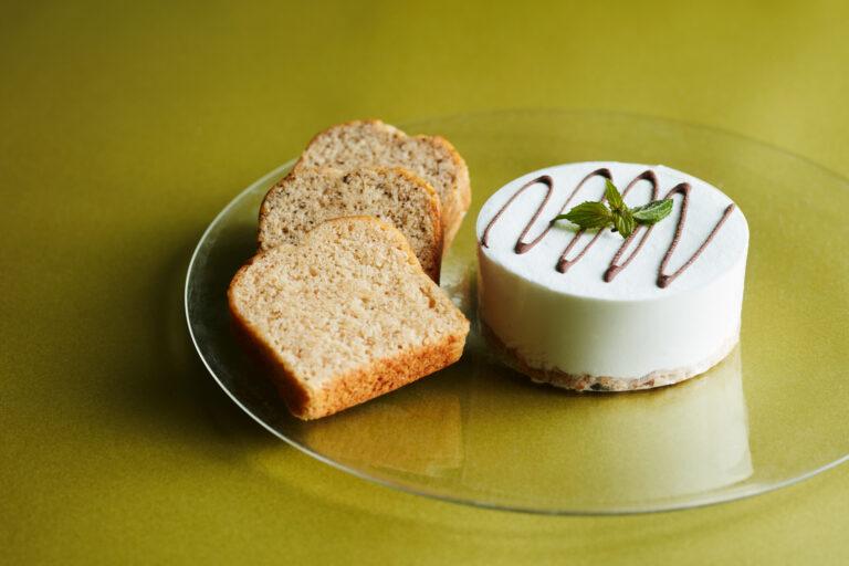 チーズを使わない新作のヴィーガンレアチーズケーキに、人気の焼き菓子を添えた豪華なセット。〈ザ ヴィーガンマシュマロ〉の「ヴィーガンレアチーズアイスケーキ・焼き菓子セット」アイスケーキ1個、パウンドケーキ3個 4,968円(Webのみ) ※販売期間(WEB):9月28日(火)まで