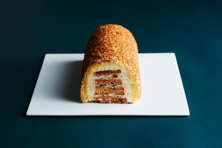 米粉や香ばしいアーモンドメレンゲなど様々な食感が楽しめる。〈ノワ・ドゥ・ブール〉の「ガトー・ブール」4,320円(Webのみ) ※販売期間(WEB):9月28日(火)まで