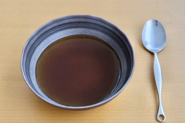 「骨付き肉と野菜を丁寧に煮出したボーンブロススープ」756円。