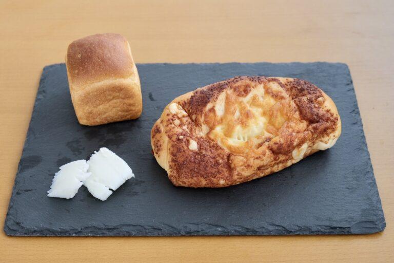 (右手前)「北海道十勝チーズを使ったこんがりチーズロール」。
