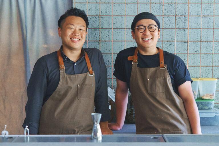 イタリアンの経験を持つシェフの阿部匠海さん(右)。チームでジンに合う料理の開発に挑戦。