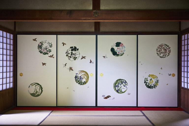 大方玄関には一面ごとに春夏秋冬を描き分けた襖。糸桜に留まるメジロ、山茶花に積もる雪などは絵師・安川如風によるアレンジ。是真作品を踏襲した蝶や貝、雀も添えられている。