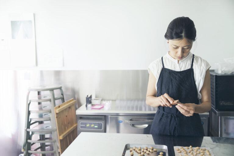 新たな工房で菓子を作る杉山さん。