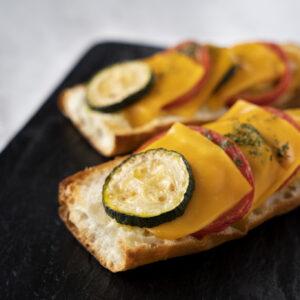 トマトとズッキーニのタルティーヌ。