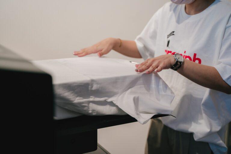 選んだサイズの真っ白なTシャツをプリント台にセット。