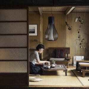 アマンダさんが台湾茶と和菓子でおもてなし。