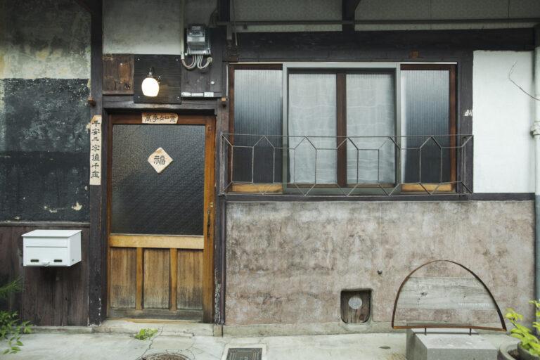 西陣の機織工場を再生。土間や和室を活かしたギャラリーで様々な展示を予定。