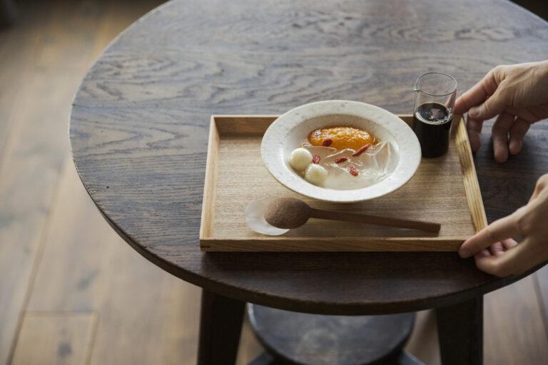 〈みのり菓子〉の和菓子とお茶セット1,000円。内容はその時々で異なる。この日のお菓子は、黒糖と生姜のシロップでいただく「杏の寒天よせ」。