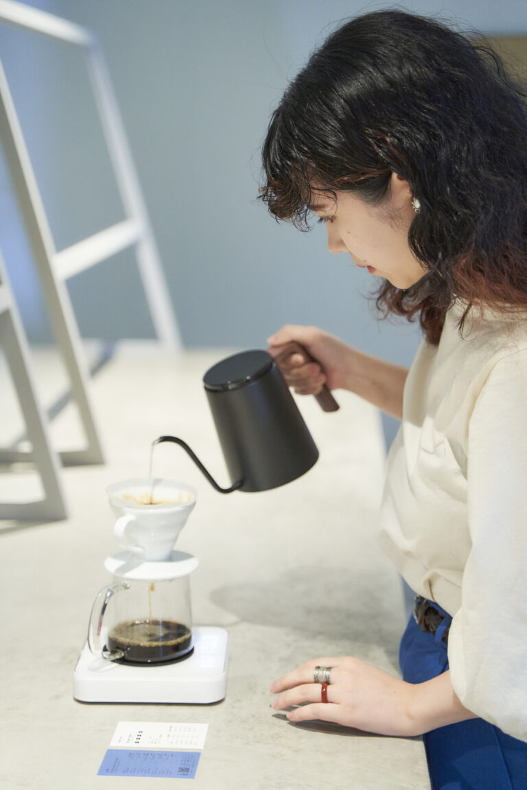 細い湯線の〈カリタ〉製ケトルを使用。タイマー付きスケールは抽出時間や湯の量が一目瞭然だ。