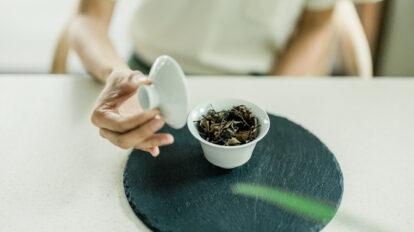 お茶が運ばれてもすぐには飲まないで、リラックス効果が高い茶葉の香りを堪能するのが台湾流。