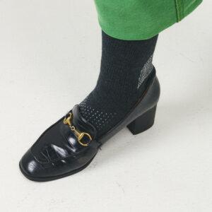 前にずれやすいヒール靴でも、足の甲に滑り止めがあれば安定感があるそう。