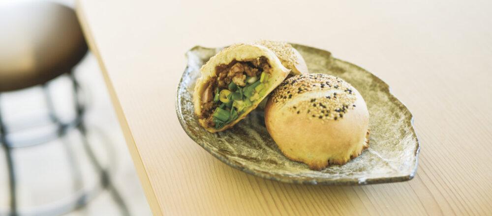 九条ネギや国産豚を使った胡椒餅1個350円。味噌味と醤油味の2種類から選べる。