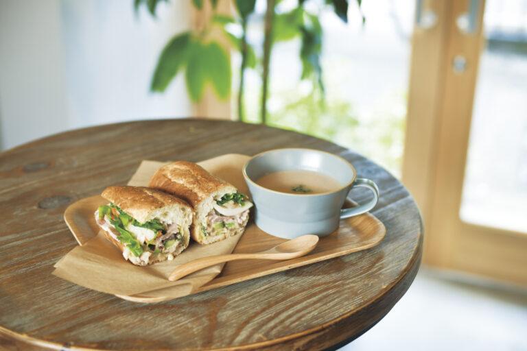 京都の乳酸発酵すぐきバインミー。季節の野菜で作るスープとセットで1,150円。