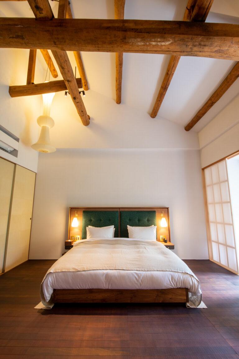 素足が気持ちいい客室。202号室は元々、大広間だった場所。そのため、天井が高く開放感は抜群。梁をそのまま残すことで、空間に表情を与えている。