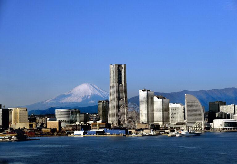 写真内で一番高いビルが〈横浜ランドマークタワー〉。