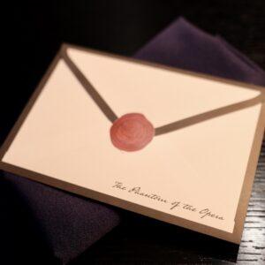 着席すると渡される手紙は、オペラ座の怪人からの手紙。