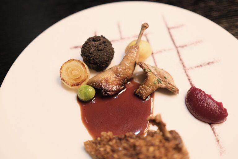 お皿の奥にあるのが鳩のもも肉で手前が胸肉。
