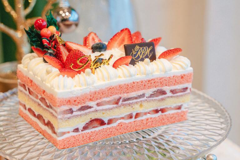「クリスマスショートケーキ」Lサイズ4,860円、Sサイズ3,240円。 ピンクと白が何層にも。ラズベリーシロップを入れて焼き上げたしっとりきめ細やかなスポンジで、たっぷりの生クリームといちごをサンドした軽やかな口当たりの良いショートケーキ。断面までこだわった見た目の可愛さが人気の秘密です。