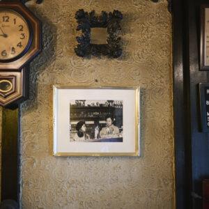 そこかしこに凝った意匠が見られる。奥の壁にはマスターと奥様の写真も。
