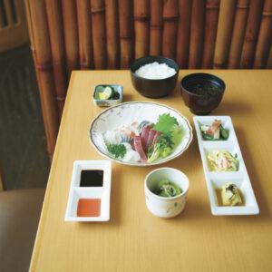 6種の刺身に小鉢、総菜3種盛りが付くお造り定食1,500円、その他定食1,000円。テイクアウトにも対応してくれる。