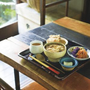 湯葉、豆腐、地の野菜に〈一保堂〉の京番茶…。京都の食材を使った食べ応えのある湯葉丼ランチセット1,650円。