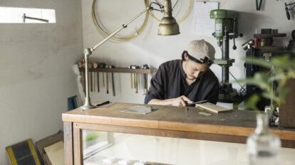 入口近くのさまざまな道具が並ぶ作業台。鍛金作業をする時はカンカンと金属を打つ音が外まで響く。