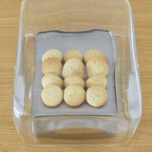 マカロン1枚248円。フランス・バスク地方の伝統菓子を〈YAECA〉風に。ほろっと素朴な味わい。