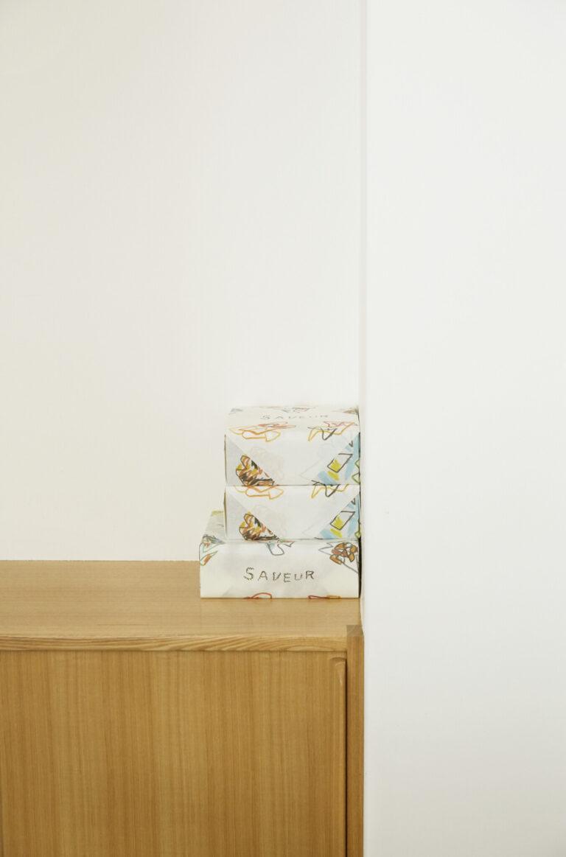 包装紙やショッパーの絵は牧野伊三夫さんの作品。アーティスティックだけど、ほのぼのと温かみが。
