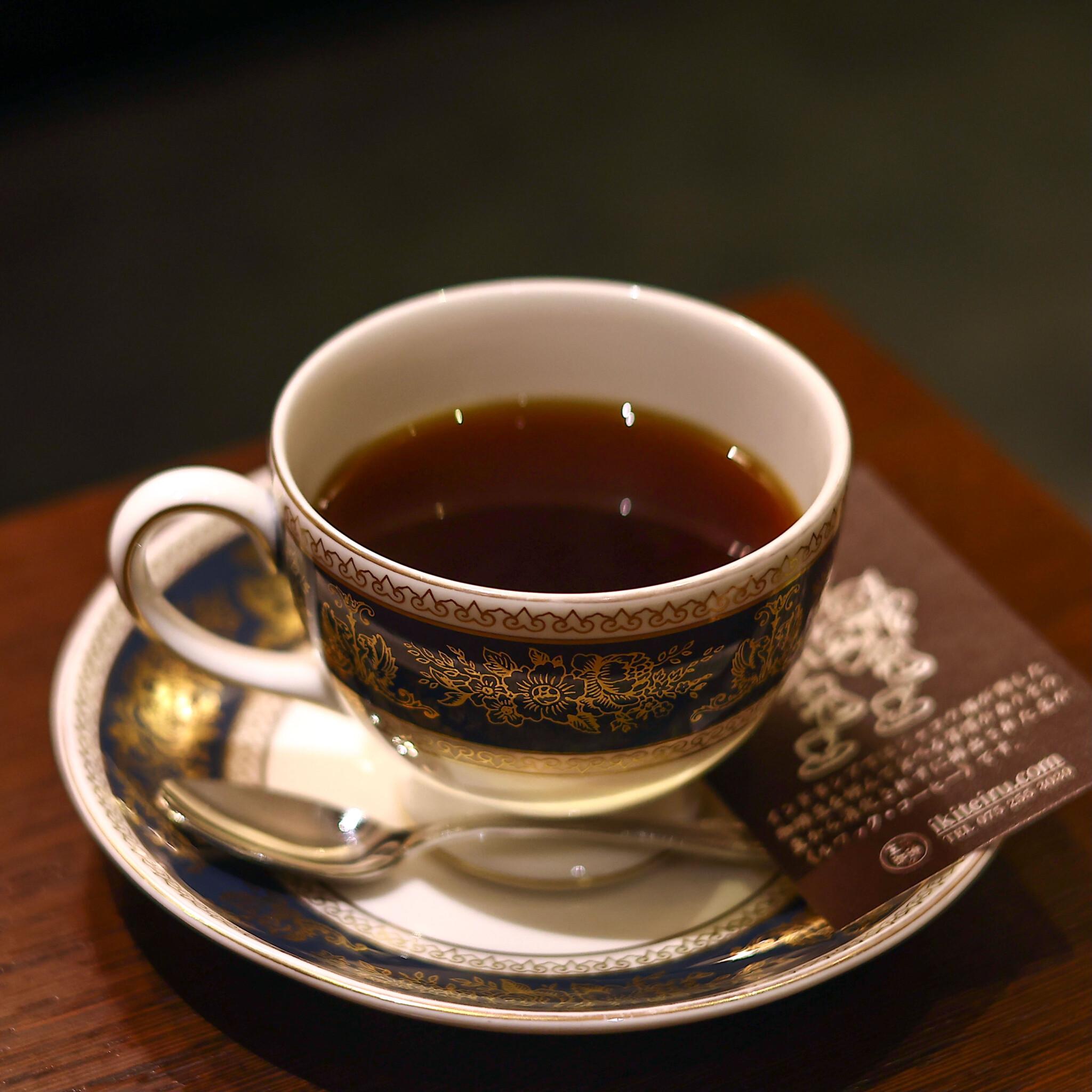 【京都】丁寧に淹れられた珈琲と、おいしいスイーツ。地下にある喫茶店〈生きている珈琲〉へ。