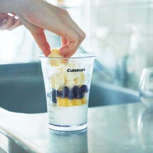 牛乳だけだと甘すぎてしまうため、ヨーグルトで酸味をプラス。フルーツはパイナップルやブルーベリーなど、気分でチェンジ。