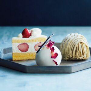 人気のケーキ。右から、オーガニックほうじ茶の風味がひそむ四万十栗のモンブラン810円、バラやジャスミンが香るパルファン648円、スポンジとクリームのバランスが良いショートケーキ669円。
