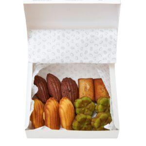 カステラ焼きから着想を得た抹茶のフィナンシェ(右下)など各種216円~。『日本の素材やモチーフを取り入れた本格焼菓子』