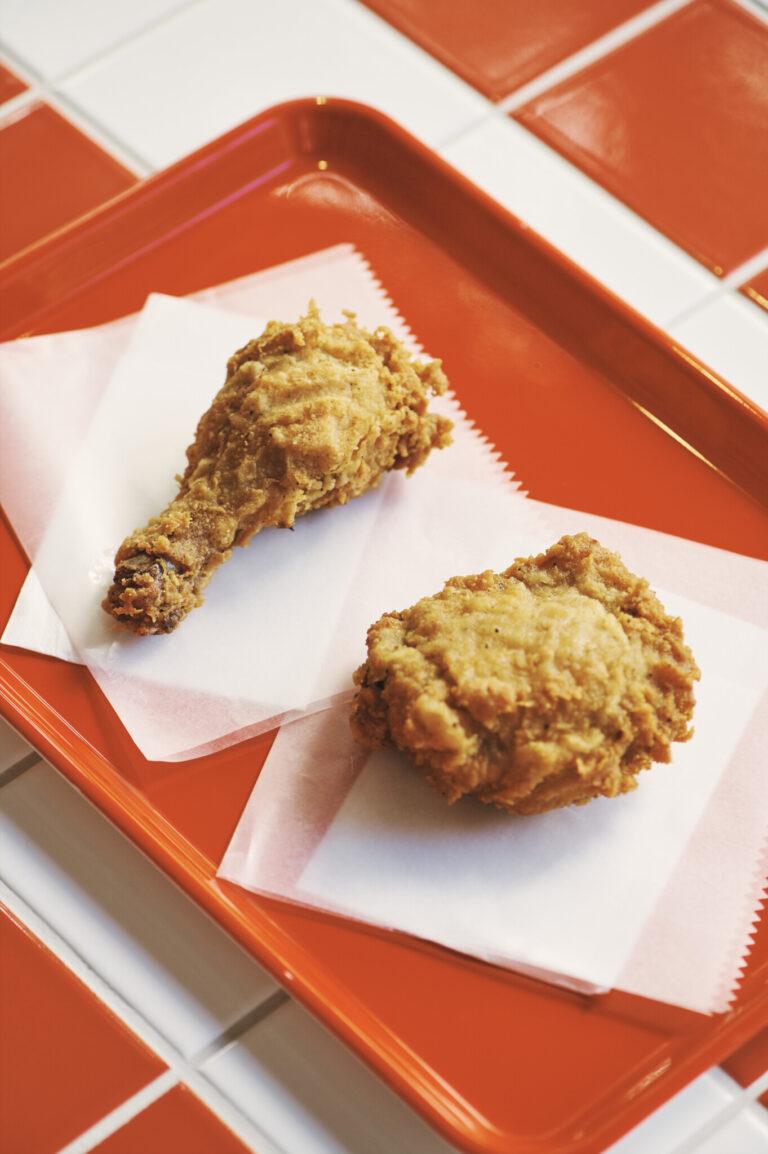 フライドチキンはほろりとした食感。部位は2種から選べる。1本240円。