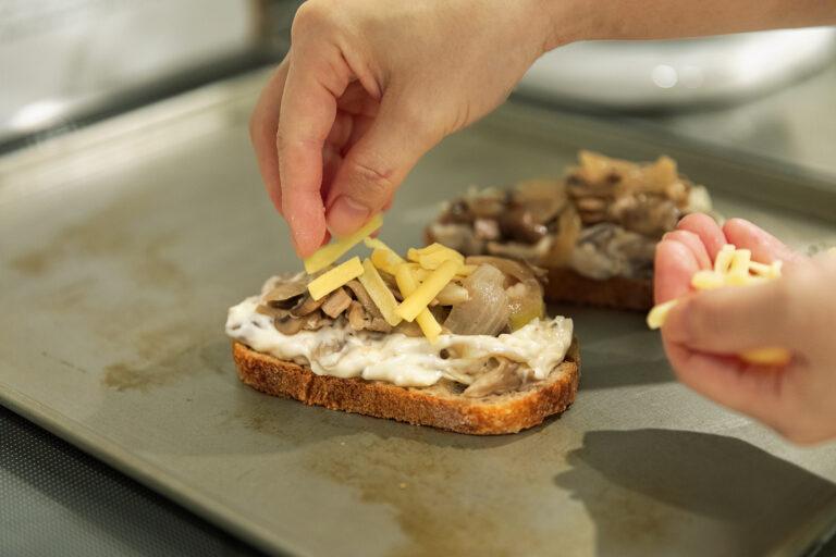ベシャメルソースは粉っぽさが残らないためにしっかりと混ぜるのがポイントです。