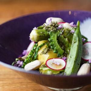 5.「野菜のお浸し」水菜、しんとり菜、とんぶり、ラディッシュ、ゴーヤ、干瓢、オクラなど11種の野菜を軽く茹でた後、様々な切り方で食感に変化をつけ、立体感ある仕上がりに。