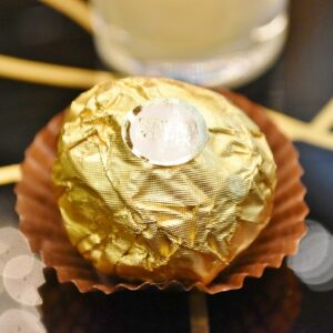 ココナッツミルククリームとアーモンドが丸ごと入ったサクッとした食感のココナッツ菓子「フェレロ ロシェ」。