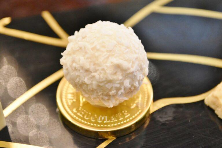 ココナッツミルククリームにアーモンドがまるごと入ったココナッツ菓子の「ラファエロ」。メダルチョコレートが嬉しい。