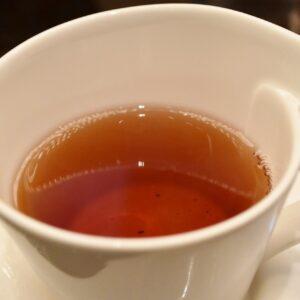 2杯目は〈ロンネフェルト〉の「クイーンオブチェリー」。チェリーの甘酸っぱい香りと優しい味わいが特徴。